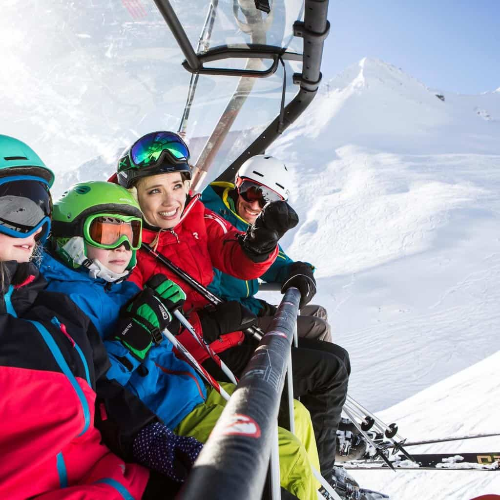 Familie am Sessellift im Winter - Hotel****s 3 Sonnen, Serfaus/Tirol