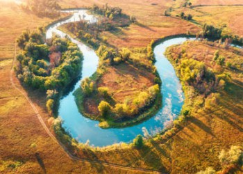 Südliche.Tiefebene Aerial View Of Curving River At Sunrise In Autumn YKY8R4G 400x